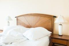 起皱在床上的枕头 免版税库存图片