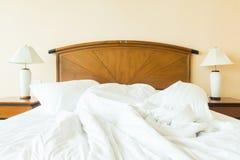 起皱在床上的枕头 免版税图库摄影