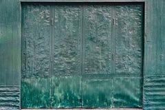 起皱纹的金属板门 免版税库存照片