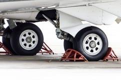 起落架橡胶,在航空器的保护下轮胎 图库摄影