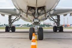 从起落架的飞机视图 免版税图库摄影