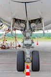 起落架登陆跑道起飞飞机飞行旅行天空的电灯泡光覆盖橡胶轮子 免版税库存照片