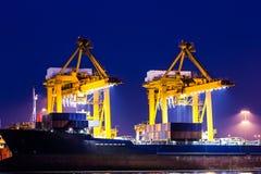 起重机与容器货物一起使用在造船厂 免版税图库摄影