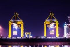 起重机与容器货物一起使用在造船厂 库存照片