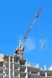 起重机举的水泥混合的容器 免版税库存图片