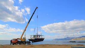起重机从水举蓝色小船 股票录像