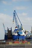 起重机修理船码头 免版税库存照片