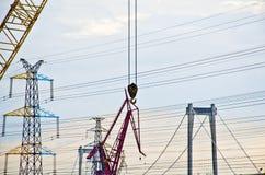 起重机勾子在建造场所 库存照片