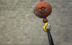 起重机勾子球灰色背景 免版税库存照片