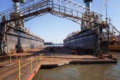 起重机和一个特别结构在造船厂 库存照片