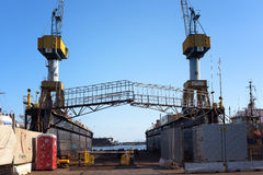 起重机和一个特别结构在造船厂 免版税库存照片