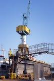 起重机和一个特别结构在造船厂 免版税库存图片