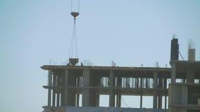 起重机和修造的工地工作日落的 天空的背景的剪影工作者 股票视频
