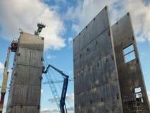 起重机和塔在一个大现代建造场所 免版税库存照片