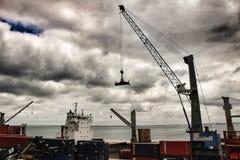 起重机和容器在船坞里斯本港的  库存照片