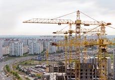 起重机和居住区在基辅,乌克兰 免版税图库摄影