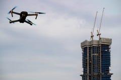 起重机和建造场所大厦和寄生虫 免版税库存图片