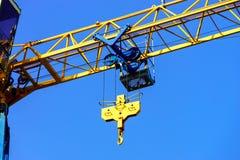 起重机和楼房建筑站点反对天空 库存图片