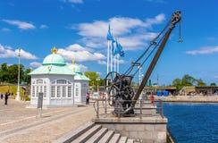 起重机和皇家穹顶宫哥本哈根的堤防的 库存图片