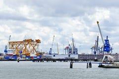 起重机和设备,鹿特丹,荷兰港  免版税库存照片