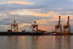 起重机和货船的运算 免版税库存图片