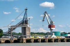 起重机在加龙河河靠码头在红葡萄酒城市 免版税图库摄影
