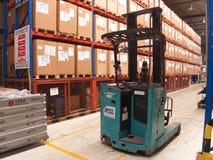 起重机在工厂仓库里 免版税图库摄影
