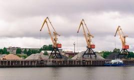 起重机在沿伏尔加河的工作 免版税图库摄影