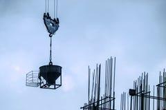 起重机在清楚的天空的推力水泥 免版税库存图片