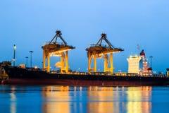起重机在港口 免版税库存照片