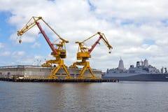起重机在美国海军工厂 库存照片