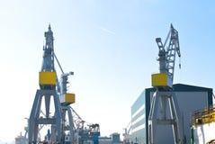 起重机在造船厂。 免版税库存照片