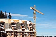 起重机在雪的建筑机械 免版税库存照片