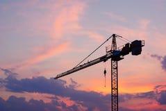 起重机建筑在晚上 免版税库存照片