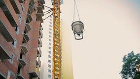 起重机推力有水泥的桶 股票视频