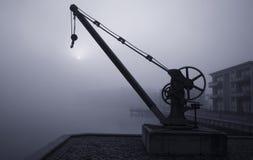 起重机有雾的早晨 免版税库存图片