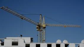 起重机的运动在建造场所的 股票录像