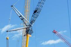 起重机的零件的元素在建造场所和蓝天的 免版税库存照片