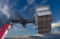 起重机胳膊和篮子水力细节在天空背景 库存照片