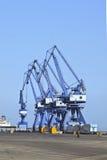 起重机行在大连,中国港的  免版税图库摄影