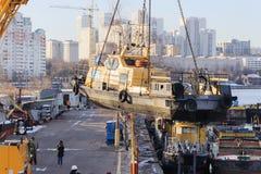 起重机运输的河船 免版税库存图片
