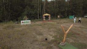 起重机 供以人员演奏真实与巨型弹弓的生活恼怒的鸟在森林边缘  股票录像
