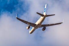 起飞波音757-200 UTAIR VQ-BKF 库存照片