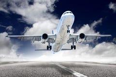 起飞飞机在机场 免版税库存照片