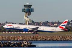 起飞从悉尼机场的英国航空公司波音777-300航空器 库存图片