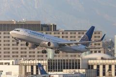 起飞从洛杉矶国际机场的美国大陆航空波音737航空器 库存图片