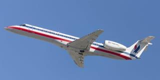 起飞从洛杉矶国际机场的美国老鹰航空公司美国航空巴西航空工业公司ERJ-140航空器 免版税图库摄影