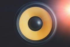 超低音扬声器动态膜或声音报告人在黑背景与光线影响,高保真扩音器关闭 免版税库存图片