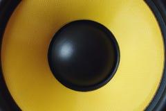 超低音扬声器动态膜或声音报告人当音乐背景,黄色高保真扩音器关闭 免版税库存照片