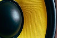超低音扬声器动态膜或声音报告人当音乐背景,黄色高保真扩音器关闭 图库摄影